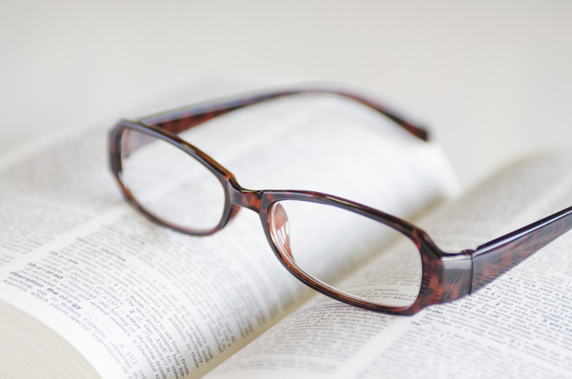 遠視用のメガネ